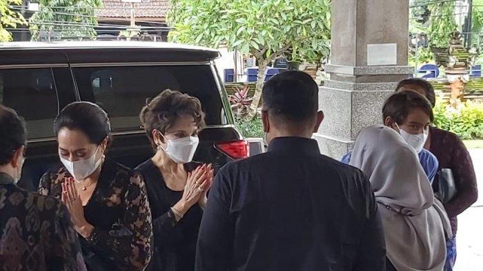 Koster Sambut Dewi Soekarno, Saling Beri Salam Saat Penjemputan Jenazah Frits di RS Bali Mandara