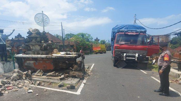 Diduga Rem Blong, Truk Merah Seruduk Palinggih Sapu Jagat di Selemadeg Tabanan