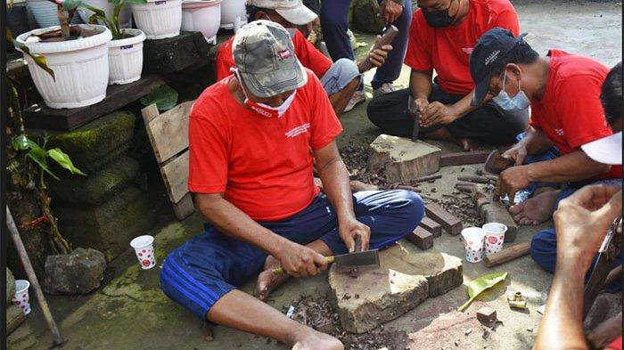Dorong Inovasi & Diversifikasi Produk Hadapi Pasar, Disperindag Bali Gembleng Pande Besi di Gianyar