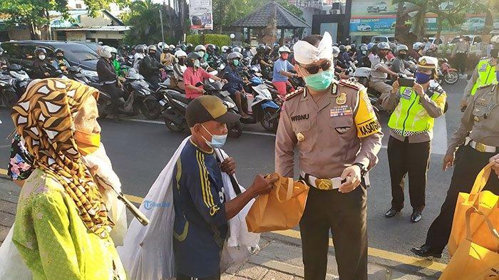 300 Takjil Dibagikan Ditlantas Polda Bali dan Jasa Raharja di Pintu Masuk Kota Denpasar