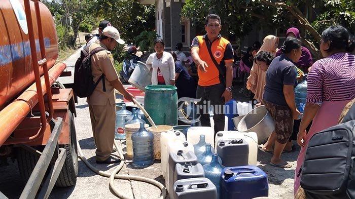 distribusi-air-bersih-yang-dilakukan-bpbd-jembrana-terhadap-warga-banjar-kombading.jpg