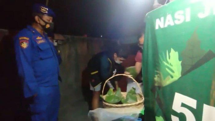 Patroli Pengurangan Mobilitas, Personel Ditpolairud Polda Bali Beri Imbauan Sambil Bagi-bagi Sembako