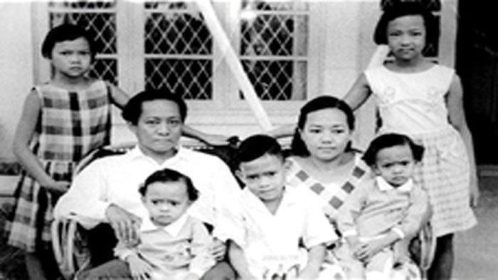 DN Aidit bersama istrinya, Soetanti dan anak-anaknya. (Moh Habib Asyhad via Intisari)