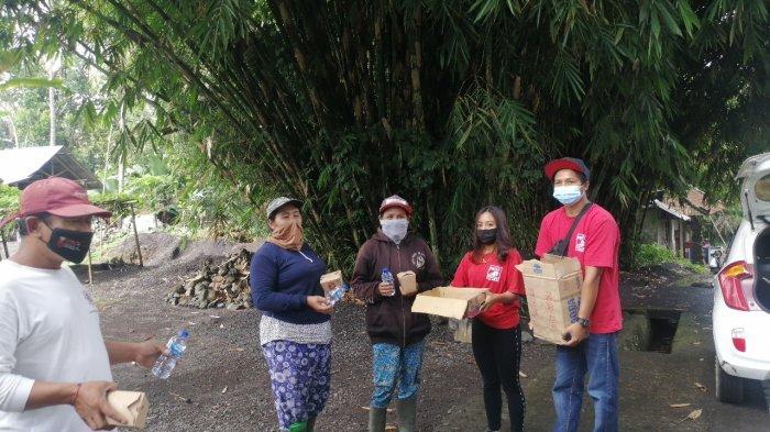 Rayakan HUT RI ke-76, DPC PSI Kecamatan Selat Bagikan Rice Box ke Warga Tak Mampu