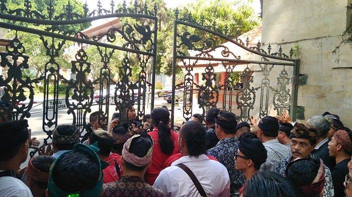 Datangi Gubernur Bali, Massa Tuntut Taksi Online Tak Masuk Pangkalan Taksi Konvensional