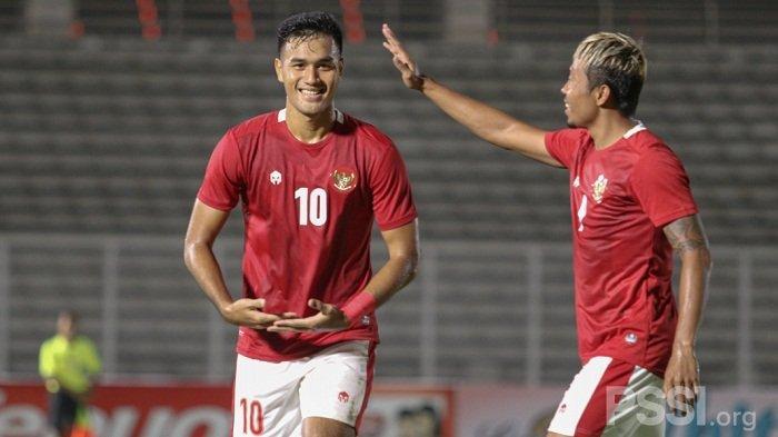 Dua striker Timnas Indonesia U23 M Rafli dan Kushedya Hari Yudo selebrasi seusai membobol gawang Tira Persikabo dalam duel uji coba di Stadion Madya, Jumat 5 Maret 2021.