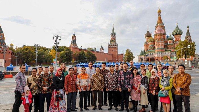 Hari Batik Nasional Semarak di Lapangan Merah Moskow