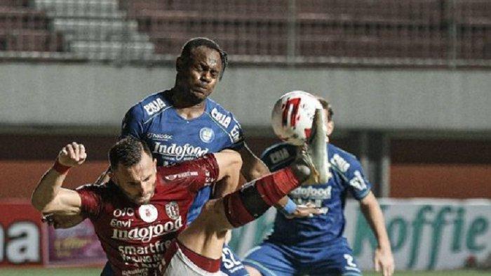 Duel ujung tombak Serdadu Tridatu, Ilija Spasocevic dengan Viktor Igbonefo di laga Persib vs Bali United di grup D Piala Menpora 2021.