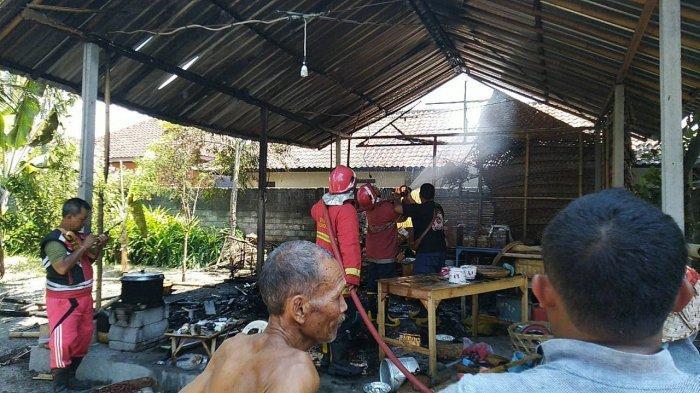 Api Menjalar Keluar dari Tungku, Gudang Suvenir di Desa Tangkas Klungkung Ludes Terbakar