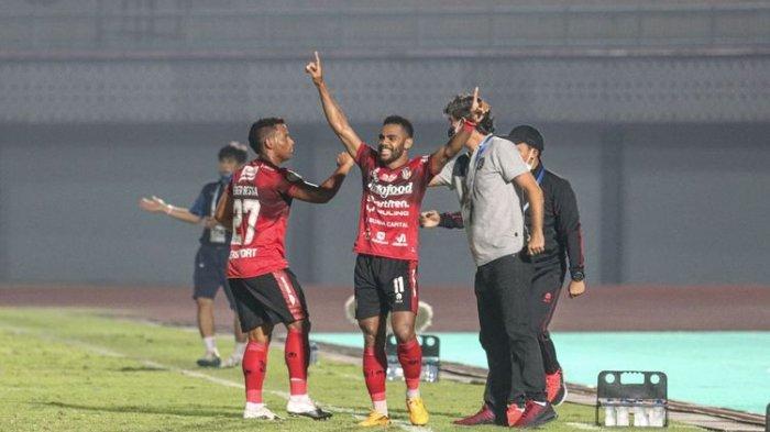 Eber Bessa (kiri) bersama pencetak gol Yabes Roni. Eber Bessa menandai debutnya bersama Bali United dengan memberi assist pada laga Liga 1 2021-2022 melawan Persib Bandung di Stadion Indomilk Arena, Tangerang, Sabtu 18 September 2021