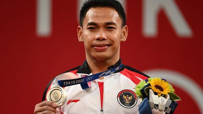 Atlet Indonesia  Eko Yuli Irawan meraih medali perak di Olimpiade Tokyo, Minggu 25 Juli 2021.