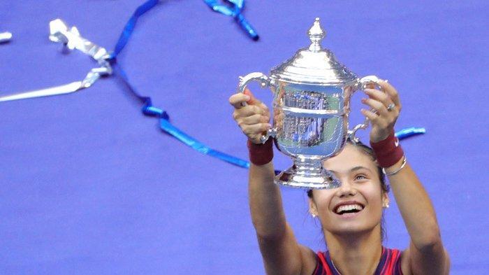 Petenis Inggris Emma Raducanu bersukaria  dengan trofi juara US Open setelah memenangkan laga final melawan Leylah Fernandez dari Kanada di USTA Billie Jean King National Tennis Center  New York, Sabtu 11 September 2021.