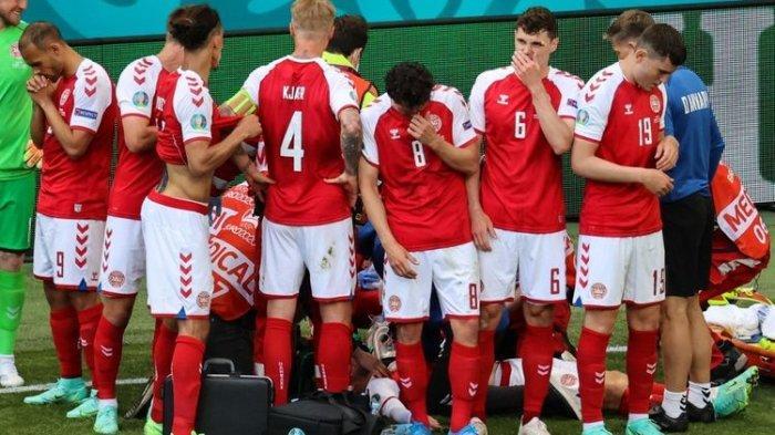 Para pemain Denmark mengelilingi Christian Eriksen yang tiba-tiba kolaps di tengah pertandingan melawan Finlandia. Laga Denmark vs Finlandia merupakan pembuka Grup B Euro 2020 yang digelar di Stadion Parken, Sabtu (1 Juni 2021).