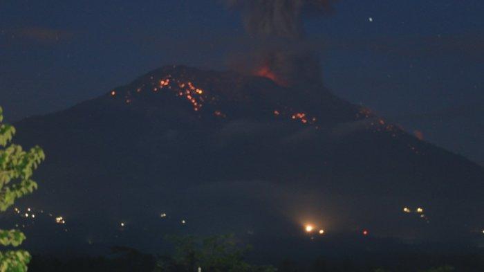 Warga Temukus Berhamburan Keluar Rumah, Gunung Agung Lontarkan Lava Pijar ke Segala Arah