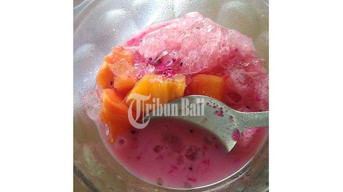 Es buah yang dibeli Tribun Bali di Jalan Udayana, Gianyar, Minggu (18/11/2018). Dinginnya es dan perpaduan manis buah cocok dinikmati saat cuaca terik seperti saat ini.