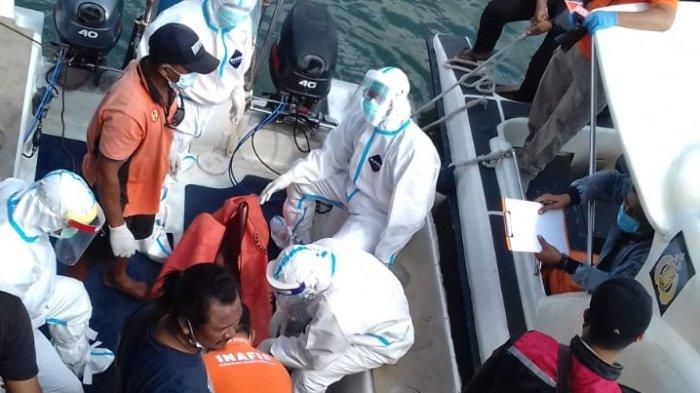 Evakuasi penemuan mayat tergantung di sebuah kapal nelayan di Perairan Laut Serangan, Kota Denpasar, Bali, Senin 11 Oktober 2021.