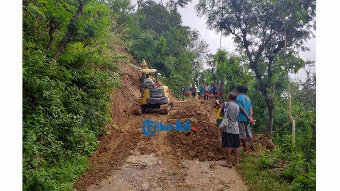 BPBD Turunkan Alat Berat Untuk Evakuasi Material Longsor di Desa Bunutan Karangasem Bali