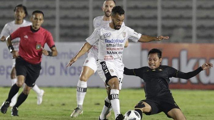 Evan Dimas (kanan) berduel dengan Gelandang Bali United Diego Assiss pada laga ui coba Timnas U23 Indonesia vs Bali United di Stadion Madya Senayan, Jakarta, pada Minggu, 7 Maret 2021 malam WIB.