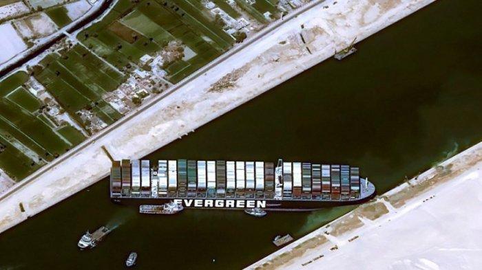 Gambar satelit selebaran ini milik Cnes 2021 yang dirilis pada 25 Maret 2021 oleh Airbus DS menunjukkan kapal kontainer MV Ever Given (Evergreen) milik Taiwan menghalangi semua lalu lintas di Terusan Suez Mesir.