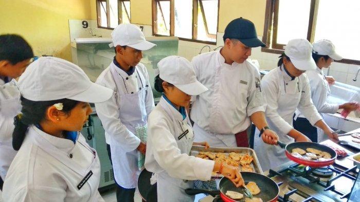 Favehotel Sunset Seminyak Latih Generasi Muda jadi Tenaga Terampil Pariwisata di SMKN 1 Kubu