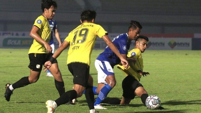 Febri Hariyadi mencoba melewati sejumlah pemain lawan di laga Persib vs Barito.