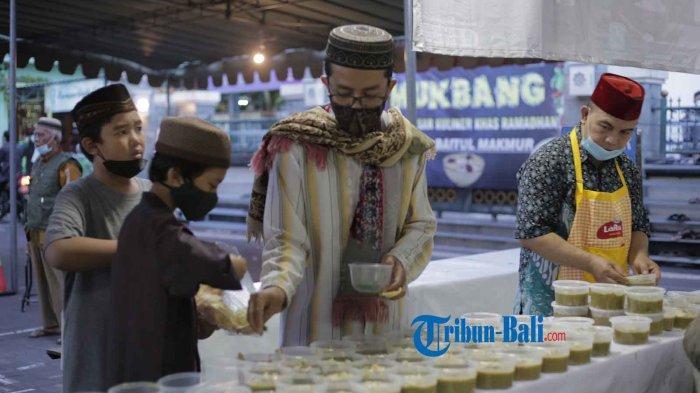 Masjid Baitul Makmur di Monang Maning Denpasar Bagikan Takjil Gratis Setiap Jumat Selama Ramadhan