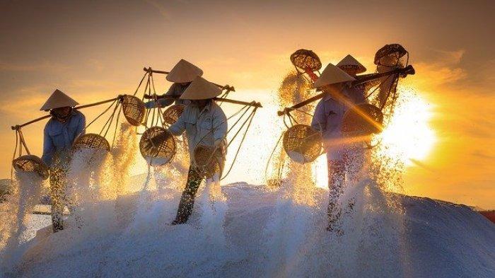 Petani Garam di Amed Karangasem Tak Beroperasi Sementara Karena Cuaca Buruk