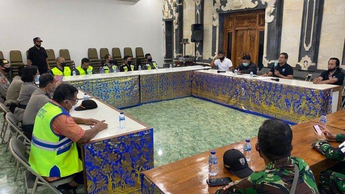 Tim Satgas Penertiban Layang-layang Bandara Ngurah Rai Sambangi Desa Adat Tuban