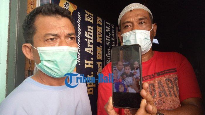 Keluarga memperlihatkan foto Diah semasa hidup saat ditemui Tribun Bali di rumah duka di Dangin Sema, Kelurahan Karangasem, Kecamatan  Karangasem, Kabupaten Karangasem, Bali, Rabu 30 Juni 2021 pagi.
