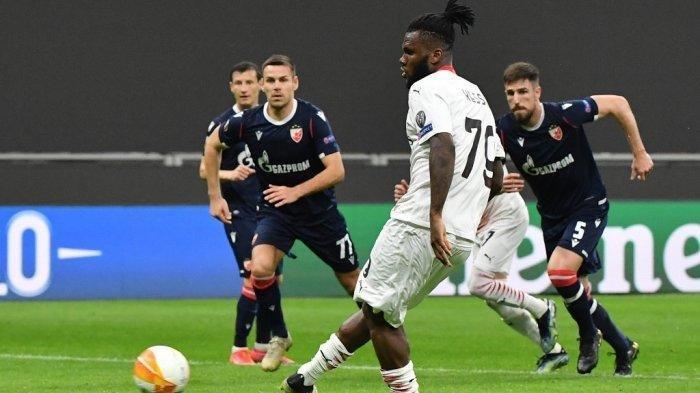 Franck Kessie melakukan tendangan penalti di babak 32 besar Liga Europa UEFA AC Milan vs Red Star 25 Februari 2021 di stadion San Siro di Milan. Tiziana FABI / AFP