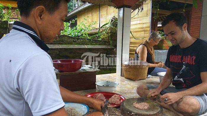 Jelang Galungan, Penampahan di Ubud Jadi Wisata Kuliner Turis Mancanegara