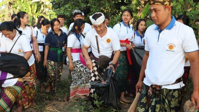 Ketua DPRD Karangasem Gelar Bersih - Bersih Sampah Plastik di Pantai Ujung