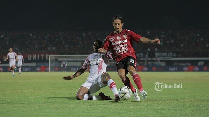 gelandang-bali-united-irfan-bachdim-merebut-bola-dari-pemain-persipura-di-babak-1.jpg