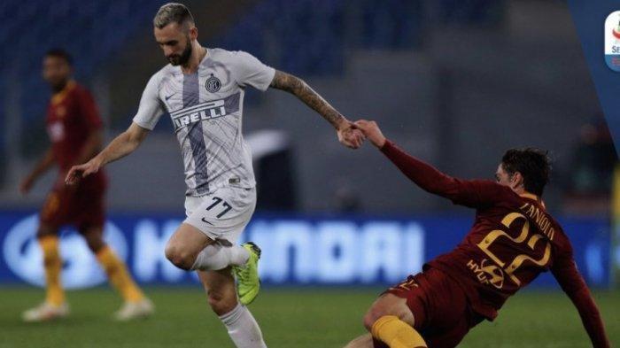 Gelandang Inter Milan, Marcelo Brozovic, menghindari tekel pemain AS Roma, Nicolo Zaniolo dalam laga pekan ke-14 Liga Italia di Stadion Olimpico, Roma, Senin, 3 Desember 2018 dini hari WIB.