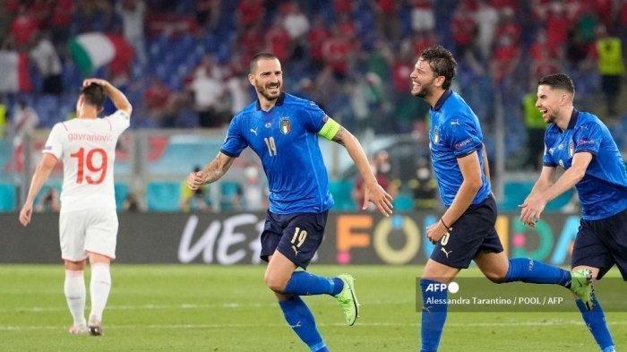 Gelandang Italia Manuel Locatelli (2R) merayakan dengan rekan setimnya setelah ia mencetak gol kedua tim selama pertandingan sepak bola Grup A UEFA EURO 2020 antara Italia dan Swiss di Stadion Olimpiade di Roma pada 16 Juni 2021. Alessandra Tarantino / POOL / AFP