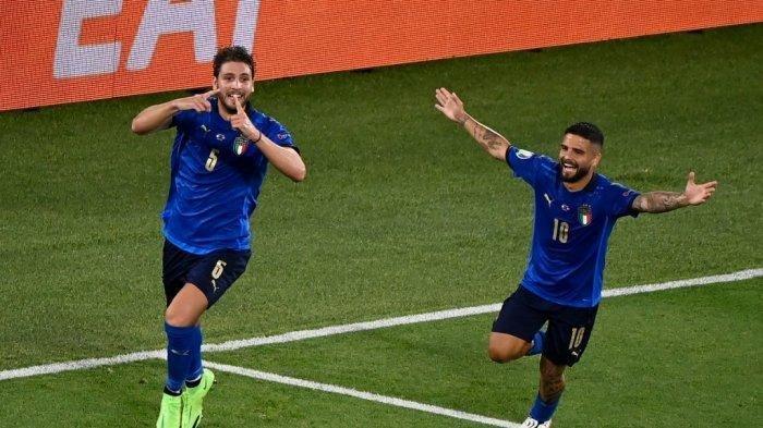 Gelandang Italia Manuel Locatelli (kiri) merayakan dengan penyerang Italia Lorenzo Insigne setelah ia mencetak gol pertama tim selama pertandingan sepak bola Grup A UEFA EURO 2020 antara Italia dan Swiss di Stadion Olimpiade di Roma pada 16 Juni 2021.