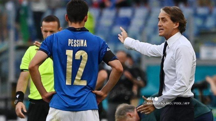 Gelandang Italia Matteo Pessina (kiri) mendengarkan instruksi dari pelatih Italia Roberto Mancini (kanan) selama pertandingan sepak bola Grup A UEFA EURO 2020 antara Italia dan Wales di Stadion Olimpiade di Roma pada 20 Juni 2021.