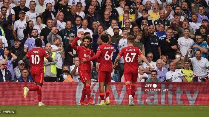 Gelandang Liverpool asal Mesir Mohamed Salah (kedua dari kiri) merayakan mencetak gol pembuka pada pertandingan sepak bola Liga Inggris antara Leeds United dan Liverpool di Elland Road di Leeds, Inggris utara pada 12 September 2021. OLI SCARFF / AFP