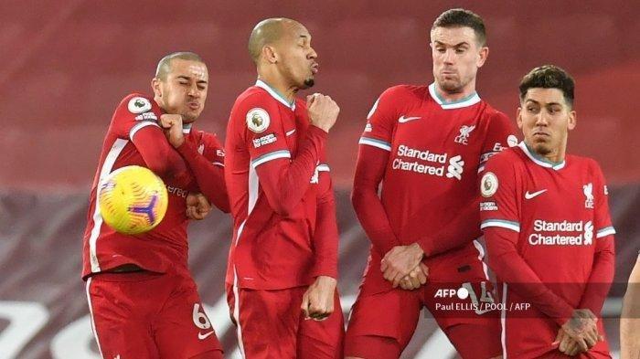 Pemain Liverpool Thiago Alcantara, Fabinho, Jordan Henderson dan Roberto Firmino memblokir tendangan bebas selama pertandingan sepak bola Liga Premier Inggris antara Liverpool vs Manchester United di Anfield di Liverpool, Inggris barat laut pada Januari 17, 2021.