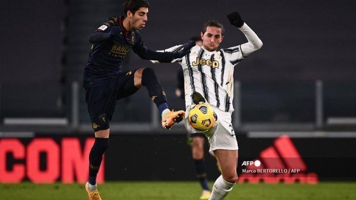 Gelandang Italia Genoa Filippo Melegoni (kiri) dan gelandang Prancis Juventus Adrien Rabiot memperebutkan bola selama babak 16 besar Piala Italia (Coppa Italia) pertandingan sepak bola Juventus vs Genoa pada 13 Januari 2021 di stadion Juventus di Turin.