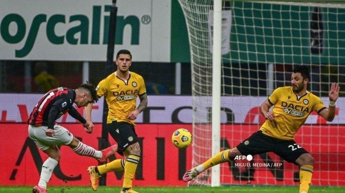Gelandang Spanyol AC Milan Brahim Diaz (kiri) menendang bola saat pertandingan sepak bola Serie A Italia AC Milan vs Udinese pada 3 Maret 2021 di stadion San Siro di Milan.