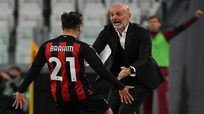 Gelandang Spanyol AC Milan Brahim Diaz (kiri) merayakan dengan pelatih AC Milan Italia Stefano Pioli setelah membuka skor pada pertandingan sepak bola Serie A Italia Juventus vs AC Milan pada 09 Mei 2021 di stadion Juventus di Turin.