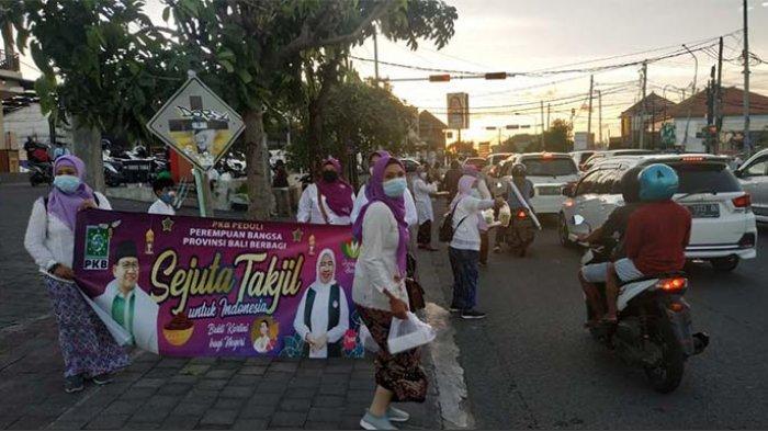 Peringati Hari Kartini, Perempuan Bangsa Bali Bagi-bagi Ratusan Takjil di Denpasar