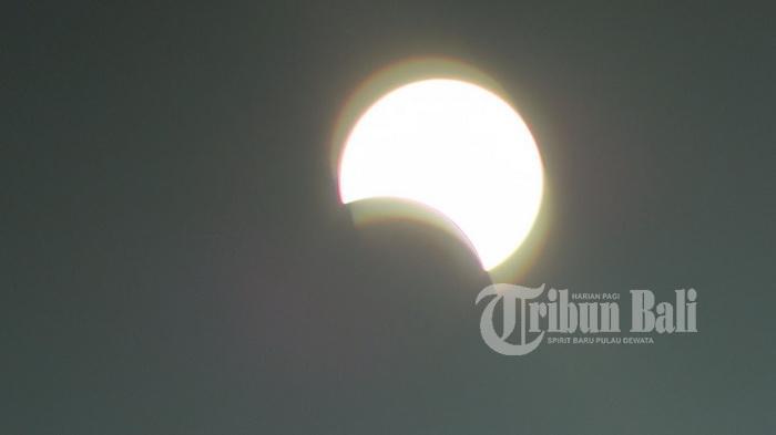 Ini Rangkaian Penampakan Gerhana Matahari dari Tol Bali Mandara - gerhana-matahari-yang-terlihat-dari-tol-bali-mandara_20160309_133542.jpg