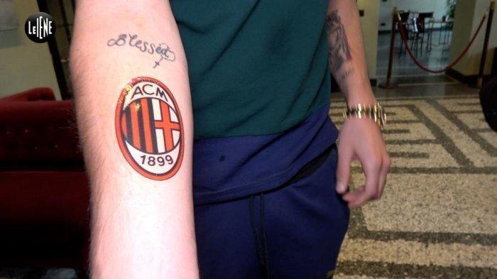 Gianluigi Donnarumma dibuatkan tato temporer AC Milan pada acara Le Iene oleh Mediaset Le Iene via Football Italia