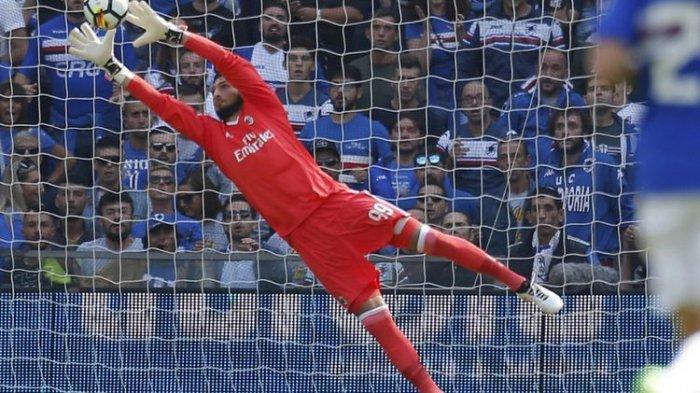 Kiper AC Milan, Gianluigi Donnarumma, melakukan penyelamatan dari tembakan pemain Sampdoria pada pertandingan Serie A di Stadion Luigi Ferraris, Minggu (24/9/20170