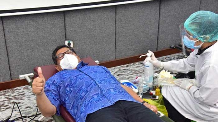 Kepala OJK Regional 8 Bali dan Nusa Tenggara, Giri Tribroto turut berpartisipasi donor darah umum.