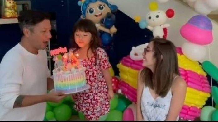Gisel dan Gading merayakan ulang tahun Gempi.