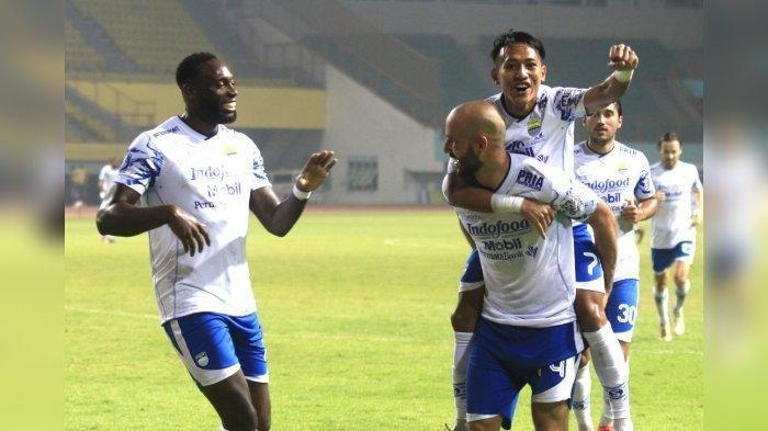 Mohammed Rashid menggendong Beckham Putra saat melakukan selebrasi gol keduanya di laga Persib Bandung melawan Persita Tangerang