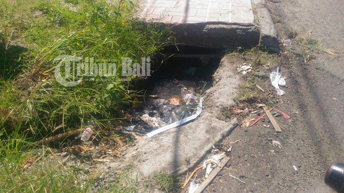 Gorong-gorong Tersumbat di Jalan Guwang, Awas Banjir